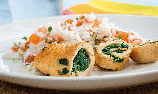 Uma receita de frango enrolado com espinafres, muito prática para o dia-a-dia. Fica pronta em 35 minutos.