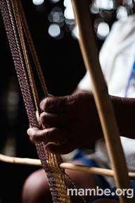 Mujer Amorúa tejiendo manija para mochila en fibra de moriche. ( Vichada- Colombia) Conoce más de nuestro trabajo en Mambe.org!