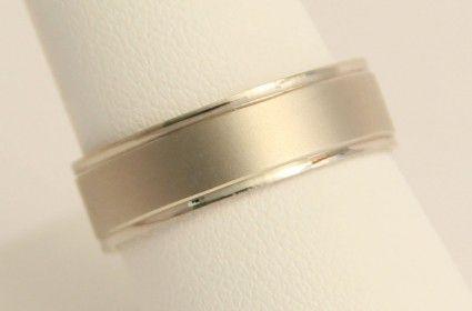Argolla de Matrimonio en oro blanco de 14K. Corte clásico en acabado mate. 3.5 gr. 6 mm de ancho.