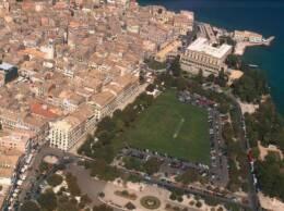 Mooiste plekje van corfu stad vanuit de lucht. Het plein, het fort....mogen we al??