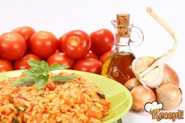 Recept za Brzi domaći đuveč. Za spremanje ovog jela neophodno je pripremiti luk, šargarepu, krompir, suvo meso, pirinač, slatku slevu papriku, biber, začin i lovor.