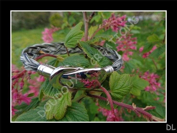 Bracelet en véritables crins de cheval gris, tressé à plat 5 brins, fermoir aimanté en acier inoxydable : Bracelet par doudoux-crins