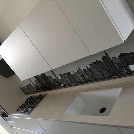 Cucina artigianale laccato bianco lineare con gola piano in dekton completa di elettrodomestici