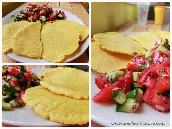 Domácí kukuřičné placky a bylinková rajčata s okurkou Homemade corn flats and herb tomatoes with cucumber