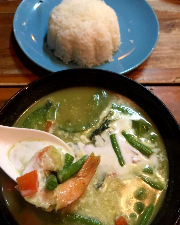 Já foi eleito meu  prato preferido aqui: green curry de camarão. Preparem-se para uma pequena dose de pimenta! 🌶😍🌶 E cada vez pagando menos mas refeições 😁 e comendo mais delícias! Kkk jantar de hoje para dois com água e cerveja: 25,00 Para dois! 😱😋😍 Marido escolheu pad thai de camarão e pedimos um saladão de entrada. Sem brincadeira, nunca viajei comendo tão bem e barato. Quem gosta de comida tailandesa? #mimisporaí #chiangmai #thayfood #thailand