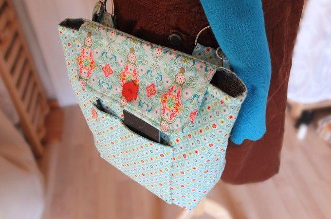 Ein Zuckerl für die Color it!-along Stricker: Die T-WIN Bags! Projekttasche + Materialtasche für unterwegs. Zusammenklickbar. Einzeln oder zusammen? Je nach Bedarf ;). Über die Schulter oder quer zu tragen. Oder an die Hose klicken! Die Hände sind frei, um die Stulpen zu stricken! Perfekt für den Urlaub. Darum wird sie jeder Nicht-Stricker beneiden... Color it!-along: Busy busy sewing! | Pins and Needles