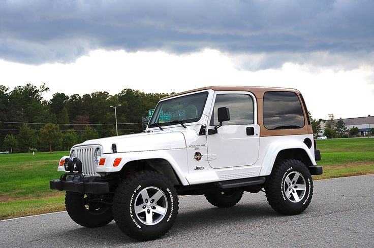 2000 Jeep Wrangler Sahara w/5spd Sweet color combo.