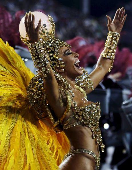 Couverts de plumes multicolores et de répulsif anti-moustiques, les danseurs ont commencé à défiler dimanche soir sur le sambodrome de Rio, avec la volonté affichée de faire triompher la fête sur les inquiétudes liées au virus Zika. Après une cérémonie d'ouverture qui a évoqué les jeux Olympiques qui se dérouleront dans la ville en août avec une énorme torche olympique, la première école de samba, Estacio de Sa, est entrée sur la piste, annoncée par une explosion de percussions à 21H30