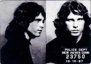 """1967 Connecticut New Haven Arena konserinde yerel polis tarafından tutuklandı ve canlı performans sırasında tutuklanan ilk rock yıldızı oldu. Söz konusu gün konser öncesinde, sahne arkasında bir hayranını öperken polise yakalanan Morrison, polisin """"ayrılın!"""" ihtarına """"eat it!"""" diyerek cevap vermişti. Ardından """"last chance"""" uyarısı yapan polise cevabı da """"last chance to eat it"""" olmuştu. Devamı: http://bagimsizdegisken.com/portfolio/jim-morrison"""