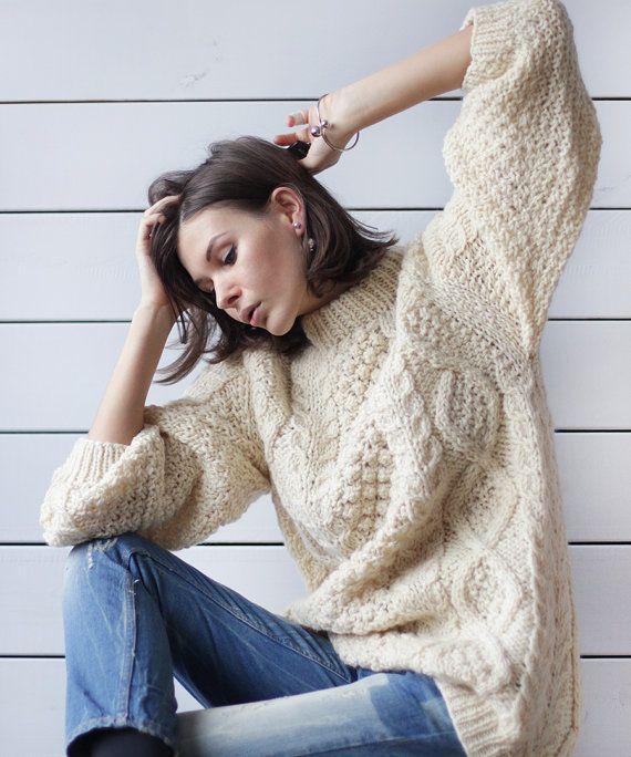 Patrón manga larga gran novio slouchy suéter de punto de Vintage off cable de trenza de lana blanca. Hombros raglán, cuello mock, ninguna guarnición. El suéter es super cálido, slouchy y unisex. El material es lana pura. Hecho en Grecia.  Mide acostado: 28 / 71 cm de largo 21 / 53,5 cm axila a axila  Gran condición.