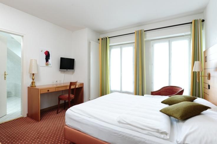 Chambre supérieure très agréable et confortable à 2 lits ou 1 grand lit, situées en étages élevés. Certaines avec balcon et vue sur le lac.