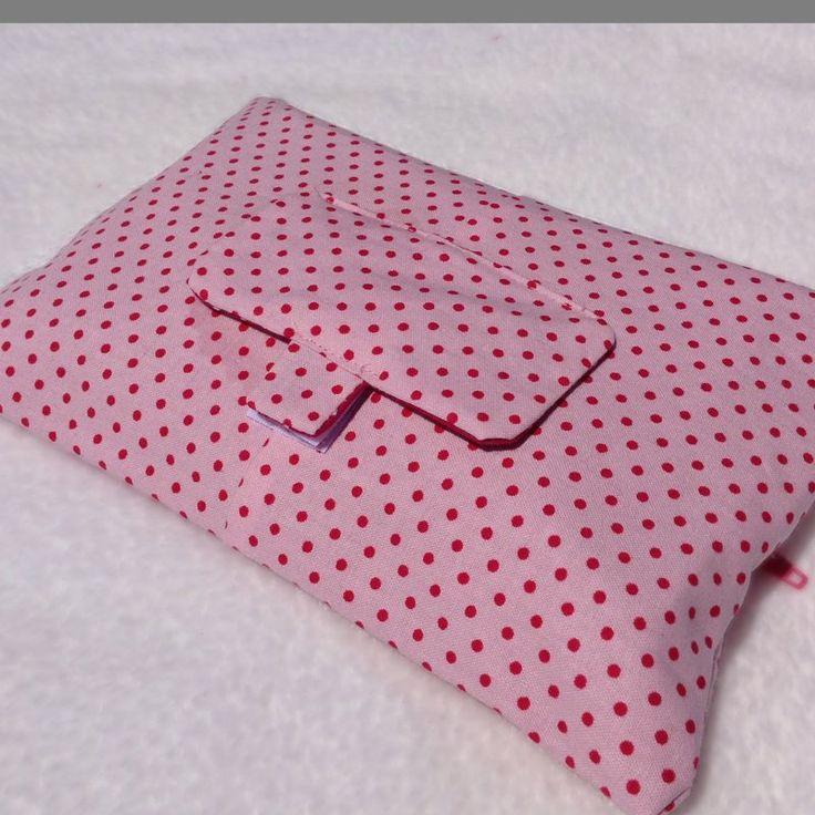 <p>Pochette pour dissimuler vos paquets de lingette !</p> <p></p> <p>Une façon élégante de sortir une lingette pour nettoyer bébé :)</p> <p></p> <p...