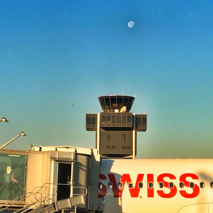 Neighbour ready for take off #gva #moon #swiss