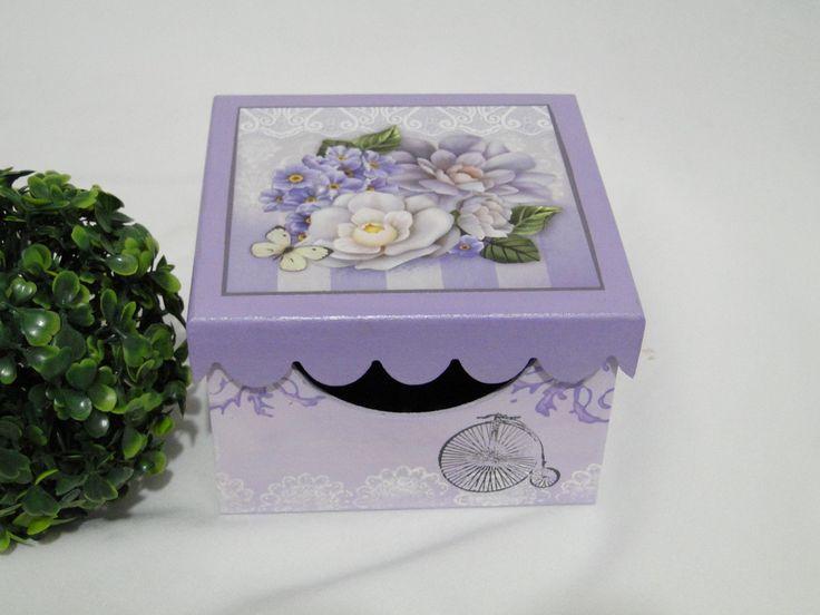 Caixa de MDF com pintura e decoupagem. Possui 16 divisões internas para batons. Medidas 14x14x8,5cm