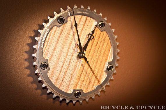 Plateau de vélo upcycled gear pièces horloge avec bois franc chêne recyclé retour