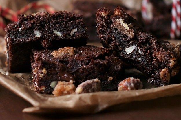 Diese Brownies mit gebrannten Mandeln sind der knusprige, klebrige, schokoladige Himmel