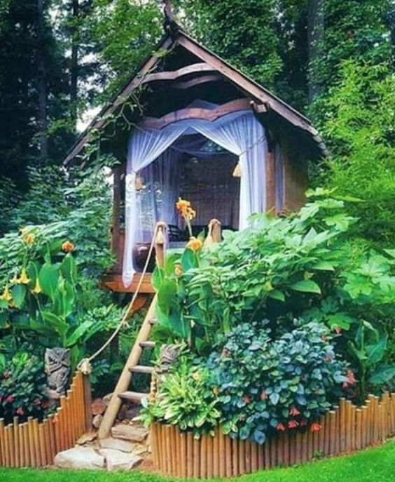 Reading in this little garden hut is a dream come true. Who wouldn't want this as their outdoor reading nook?