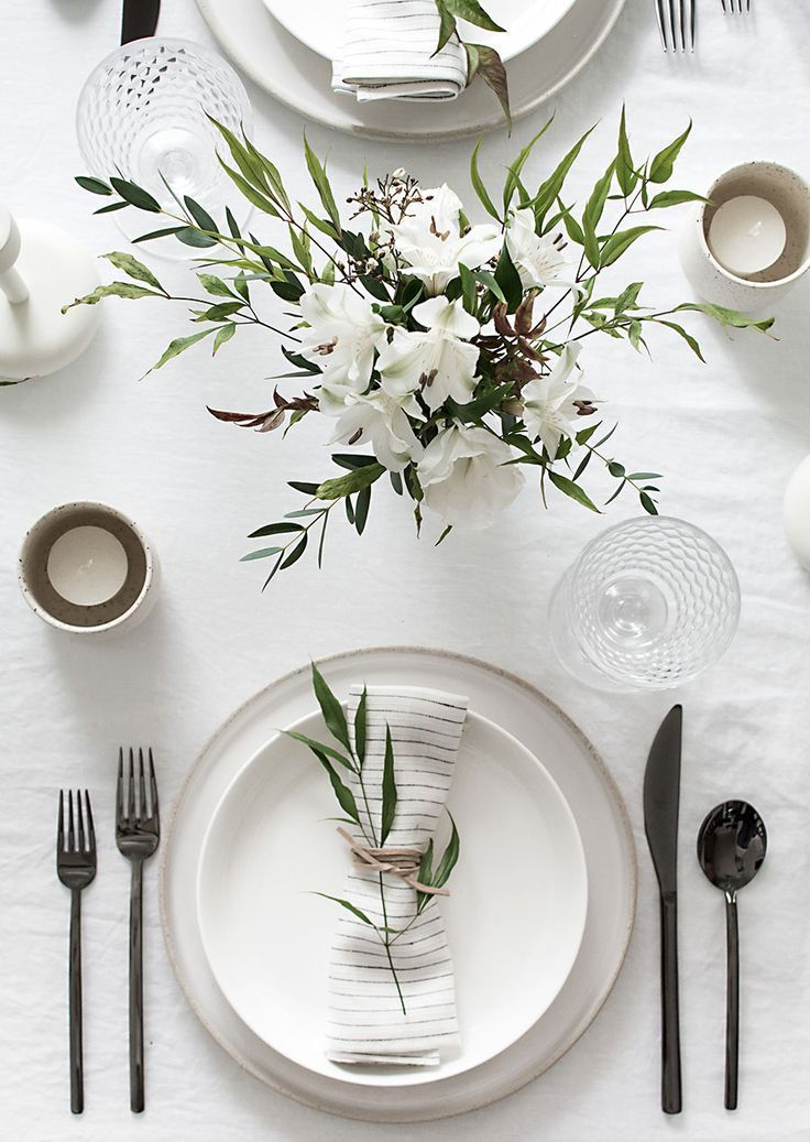 Beautiful winter white tablescape with simple chic elements and serene chic. #tablescape #placesetting