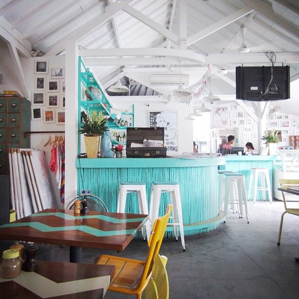 Warna warna eksentrik banyak sekali di gunakan pada design interior cafe ini. Namun tetap terlihat cantik dan instagramable! Photo credit: IG @pushkar_pony