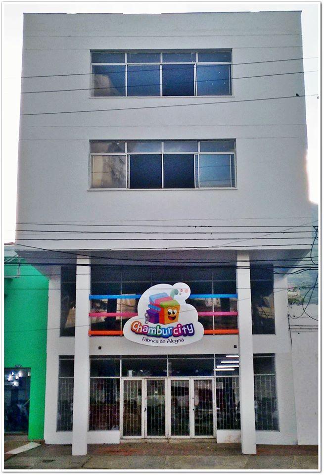 Si por la sexta vas pasando y ves este colorido letrero, a ¡¡ #Chamburcity has llegado!! ¿Les gusta?. Muy pronto será la apertura de nuestra fábrica de alegría, ¡PENDIENTES! #Cali #Colores #Fábrica #Alegría #Diversión