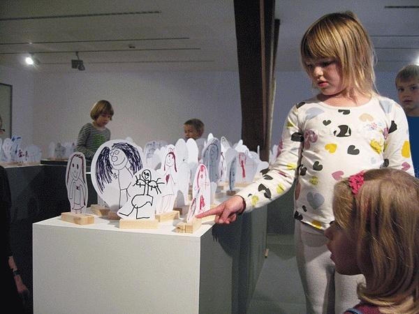 Multimøbel til børn.  Mulighed for udstilling af bøger, lyd projektion, børn kan være fysiske.