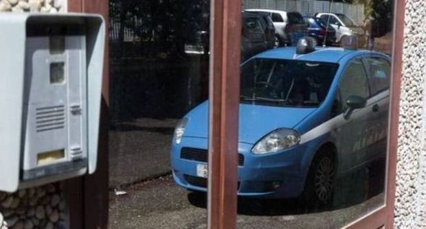 Rapina una donna pestandola con calci e pugni. Poi sale sul fugrone di un complice e scappa, ma viene arrestato dalla polizia mentre rientra in un centro accoglienza in via Toraldo a Roma....