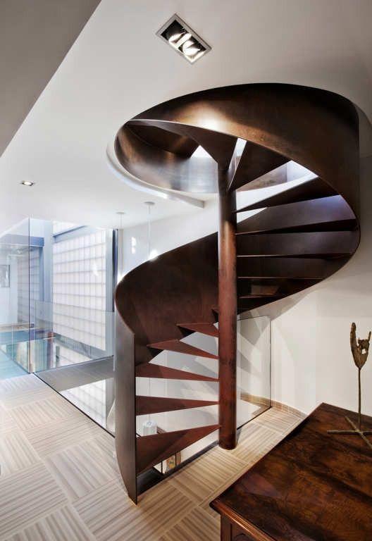 Винтовая металлическая лестница. Интерьер узкой комнаты. На втором этаже находятся спальня и детская комната, а также выход на верхнюю террасу с бассейном на крыше. http://goodroom.com.ua/mag/dizajn-uzkoj-dlinnoj-komnaty-na-primere-kvartiry-v-barselone/ #Stairs #Interiors #Home #Interiordesign