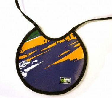GUGUTATA B  8€   Babero bebé de forma redondeada. Impermeable y muy funcional, podrás limpiarlo fácilmente: basta con pasarle un paño húmedo Medidas: 22×23 Material: Lona reciclada de banderolas publicitarias (PVC). Características adicionales: Ribeteado con cinta agradable al tacto.  http://sindesperdicio.es/tienda/home/gugutata-b/
