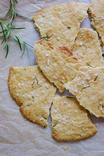 1 3/4 tazze di farina-1 cucchiaio di rosmarino tritato più 2 rametti -1 cucchiaino di lievito in polvere-3/4 cucchiaino di sale-1/2 tazza di acqua-1/3 tazza di olio d'oliva e x cottura-sale  forno a 230 ° C  farina in una ciotola con rosmarino tritato, lievito e sale, poi aggiungere acqua e olio e mescolate.Dividere la pasta in tre pezzi Stenderla su un foglio di carta da forno Spennellare la superficie con olio supplementare rosmarino nella pasta . Cospargere di sale marino, circa 8-10…