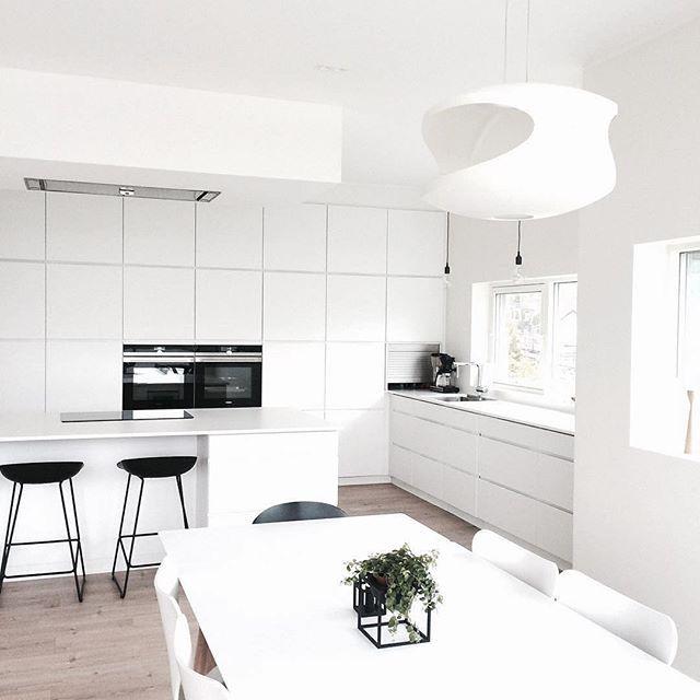 Deze witte Mano keuken zorgt voor een rustige uitstraling. Het lijnenspel geeft de keuken toch net iets extra's. Kom bij ons in de winkel voor nog meer inspiratie! Kvik Amsterdam. Danish Design. www.kvik.nl