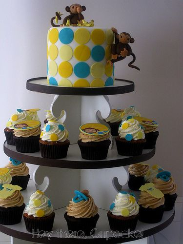 Love the use of one small cake and matching cupcakes.