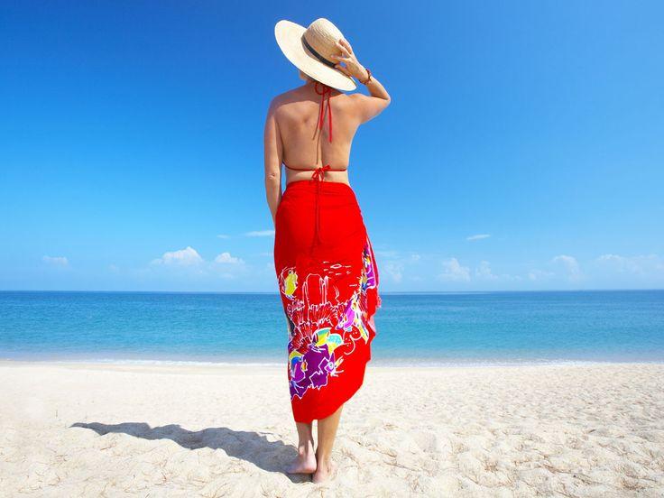 Wie wickelt man Pareos als Kleid oder Rock? 5 Styling-Ideen für die vielseitigen Strandtücher und schöne Pareos aus den Online-Shops.