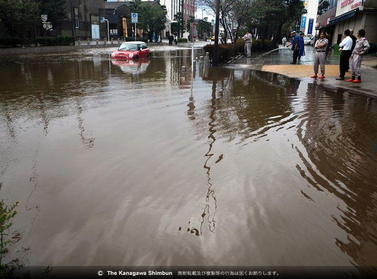 写真:台風により道路が冠水し、乗用車が取り残された=6日午前、鎌倉市御成町 ▼6Oct2014神奈川新聞 【台風18号】横浜で2人不明、三浦で負傷者も http://www.kanaloco.jp/article/78650/cms_id/105202