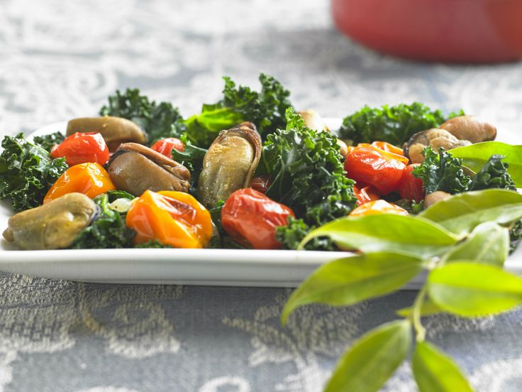 Make Life Easy with this Mussels, Kale and Roasted Tomato Salad recipe! LIKE us at https://www.facebook.com/goldseal  #PinToWin #NoDrainer #MakeLifeEasy