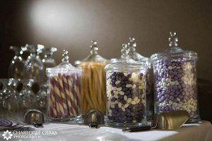 frascos de boticario farmacia o drogueria se utilizan como recipientes para mesas dulces.