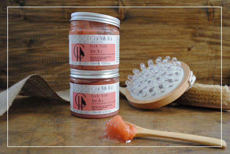▲Amelia▲  Scrub Σώματος:ΚόκκινοΜούρο/Αμύγδαλο -200ml (Με Λάδι Ελιάς Οργανικής Καλλιέργειας-Άλατα Νεκράς Θάλασσας-Έλαιο Αμυγδάλου-Αλόη Βέρα-Βούτυρο Καριτέ-Μελισσοκέρι) Απαλό απολεπιστικό σώματος πλούσιο σε φυσικά έλαια και βούτυρα, όπως λάδι ελιάς οργανικής καλλιέργειας πλούσιο σε αντιοξειδωτικά συστατικά, έλαιο αβοκάντο, βούτυρο καριτέ και μελισσοκέρι που ενυδατώνουν και χαρίζουν ελαστικότητα και μεταξένια υφή στην επιδερμίδα. Οι κόκκοι από αλάτι νεκράς θάλασσας απομακρύνουν τα νεκρά κύτταρα