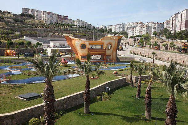 Karabağlar Belediyesinin en önemli projelerinden biri olan Uzundere Rekreasyon Alanı'nda yer alan üç bina ile yüzme havuzları, açık teklif usulüne göre 3 yıllık ihaleye çıkacak. Restoran ve kafeterya ile yüzme havuzu olarak hizmet verecek olan alanların ihalesi 20 Temmuz Perşembe günü saat 10.30'da Karabağlar Belediyesi Encümen Toplantı Salonu'nda yapılacak. 200 bin metrekarelik alanda kurulan Uzundere Rekreasyon Alanı'nda söz konusu kiralanacak olan tesis 2767 metrekare alanı kapsıyor…