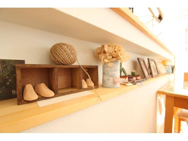 9.カウンターの厚みを利用して作った飾り棚には、かわいい雑貨達が並びます。
