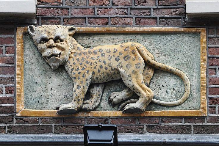 Zeedijk 47, Amsterdam  Op 3 mei 1662 verkoopt de katholieke advocaat mr. Laurens van der Hem een huis en erf op de Zeedijk, genaamd 'de Lijbert'. De koper, Jan Jacobs Mol betaalt er fl.  3000.-.- voor.  In de koop/verkoopakte zijn diverse voorwaarden opgenomen: zo mag het erf niet verder betimmerd worden als het nu is, het secreet mag niet verbouwd worden etc.  De verkoper, mr. Laurens van der Hem (1620-1678) was een vermogend man, hij  was door vererving eigenaar van veel huizen geworden…