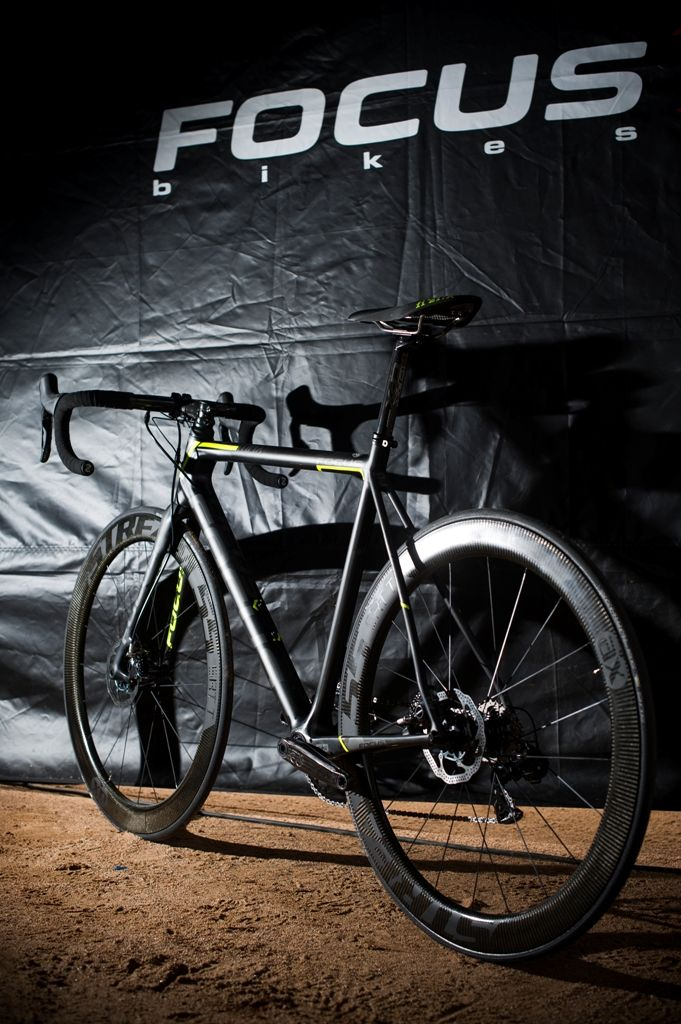 The disc brake Focus Izalco Max prototype is equipped with Shimana Dura-Ace Di2 and AX-Lightness wheels