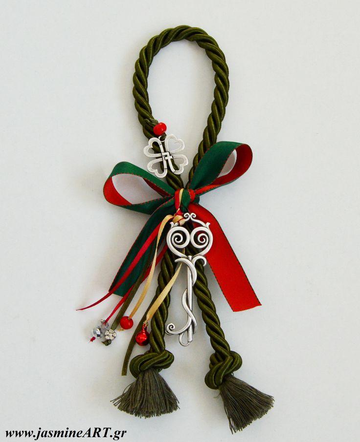 Γούρι 17 Κλειδί Τετράφυλο  Εντυπωσιακό γούρι με χοντρό κορδόνι, μεταλλικό βιντάζ κλειδί και το τετράφυλλο τριφύλλι με το 17, κουδουνάκι και χάντρες.  Διαστάσεις:25 cm και το κλειδί: 8x3cm  Κωδικός: ΓΚ31  Τιμή:11.00€