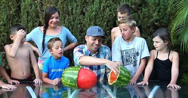 Розыгрыш с арбузом забавное видео о том, как сделать арбуз-матрешку. Не только детей, но и взрослых удивит необычный арбуз.
