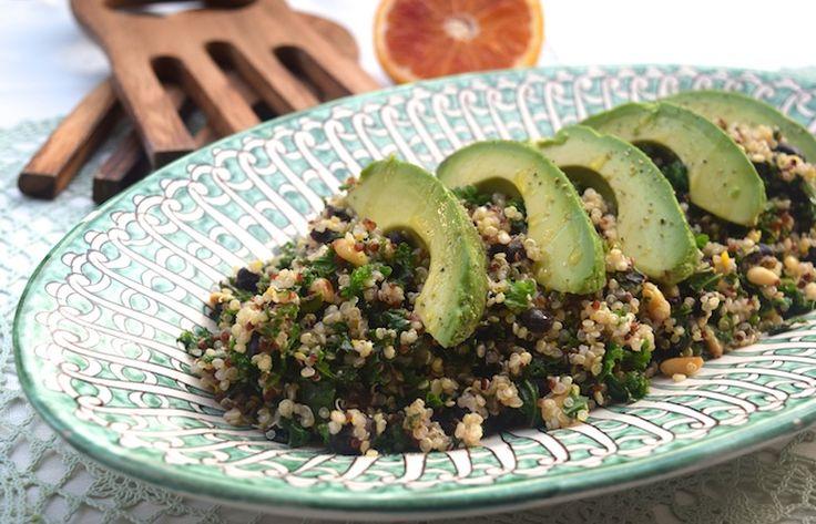 Skinny Six: Quinoa-boerenkoolsalade. Men neme (voor 2 tot 3 personen): - 100 gram quinoa - 3 flinke handen fijngesneden boerenkool - 1 klein blikje zwarte bonen (200 gram geloof ik) - 1 handje pijnboompitten - 1 avocado - 1 halve biologische sinaasappel