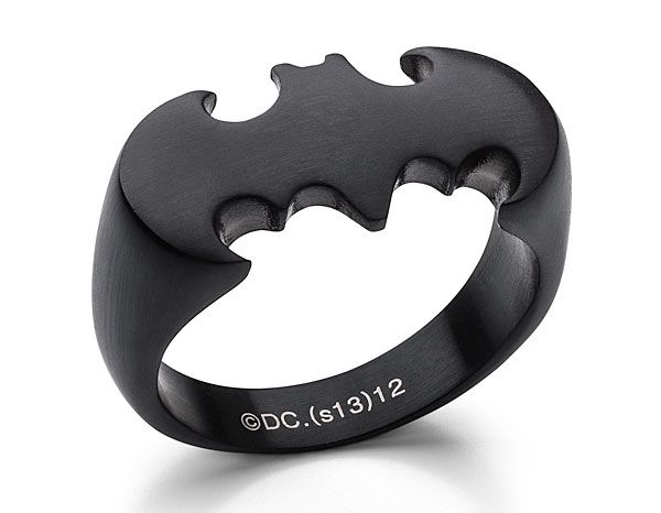 em aço cirúrgico (inoxidável), o anel do Batman tem um acabamento preto fosco e um design elegante. Ideal para quem tem com alergias ao níquel, já que é ...