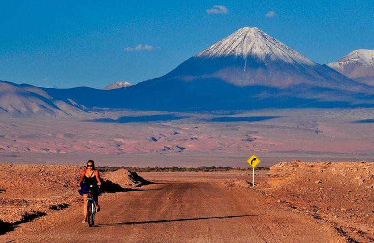 Ciclista intrepida , desierto de Atacama Chile