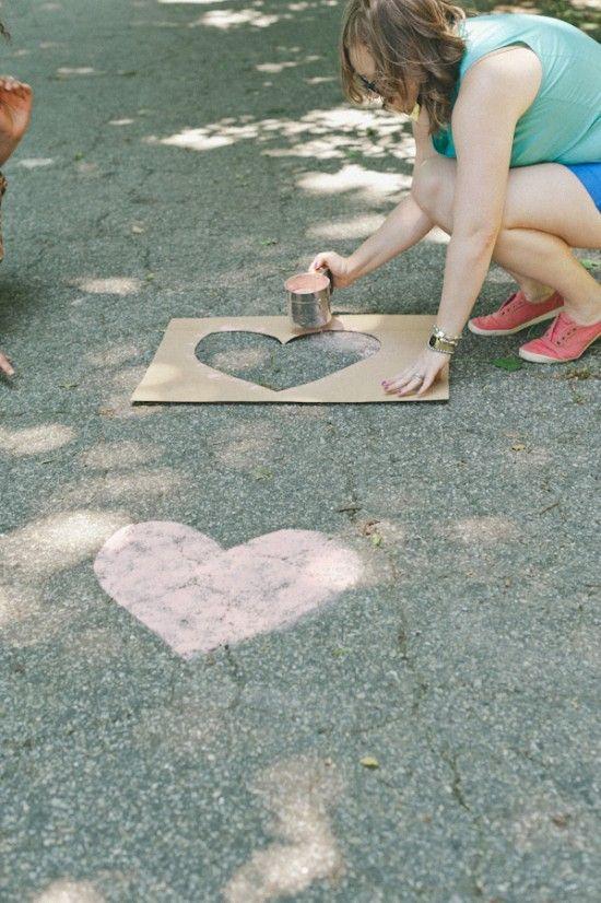 Love is in the air!... oder eher am Boden, mit diesen Herzen. Ganz einfach Schablone ausschneiden und dann mit gefärbtem Mehl drüber pudern.