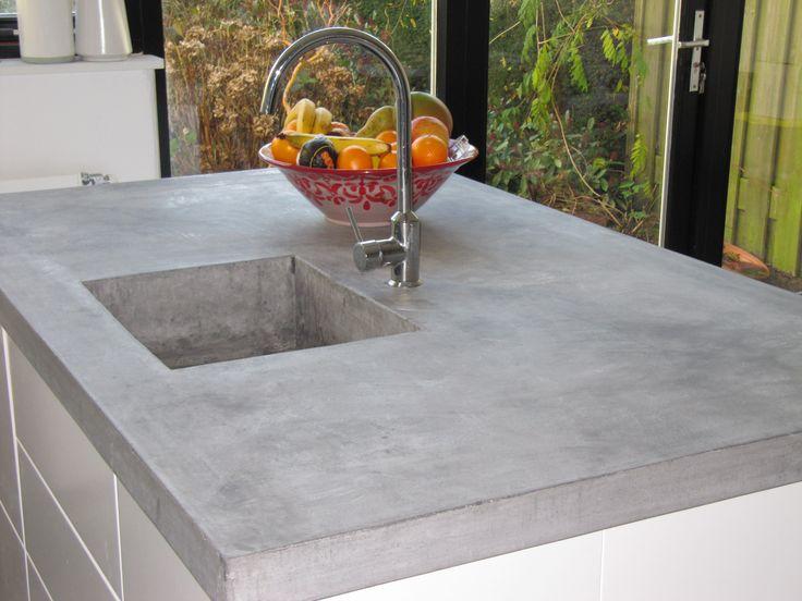 Naadloos mee gestorte betonnen spoelbak. Zie voor meer inspiratie onze website www.betonnen-kookeiland.nl