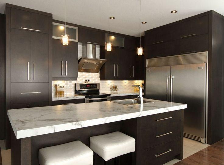 armarios de color marrón oscuro en la cocina moderna