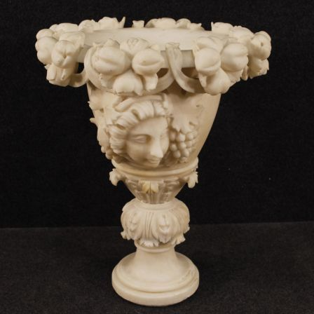 1800€ French alabaster vase with neoclassical decorations. Visit our website www.parino.it #antiques #antiquariato #furniture #collectibles #vase #antiquities #antiquario #alabaster #decorative #interiordesign #homedecoration #antiqueshop #antiquestore #neoclassical
