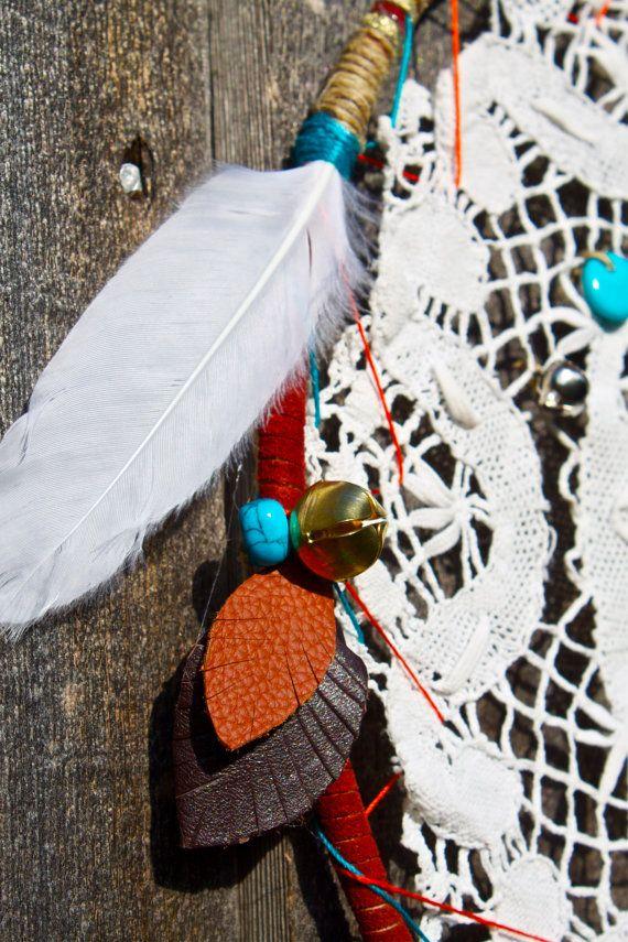 Dreamcatcher mit gemischten Medien erstellt. Einzigartig gestaltet mit recycelten und handgewebten Materialien einschließlich der Multifunktionsleiste, recyceltem Leder, Federn, Perlen, zarte Jingle Bells und ein Jahrgang antikes Deckchen Mittelstück. Alle Designs sind völlig einzigartig, ohne zwei designs gleich. Dreamcatchers können auch mit sinnvollen Birthstones, Farbschemata und symbolischen Ergänzungen personalisiert werden.  Diese speziellen Farbdesign umfasst Türkis, grün, Orange und…
